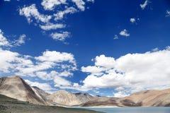 沿Pangong湖的美丽的石灰石山 库存图片