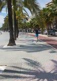 沿Paseo Maritimo的慢跑者奔跑 免版税库存照片