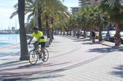 沿Paseo Maritimo的自行车骑士实践 图库摄影