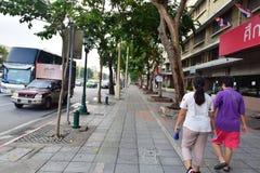 沿Ratchadamnoen路,曼谷,泰国的小径 免版税图库摄影