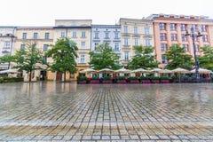 沿Rynek Glowny的大厦在克拉科夫早晨 免版税库存照片