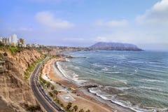 沿sandsone峭壁和剧烈的海岸的高速公路 库存图片