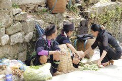 沿Sapa的大街的小山部族供营商2015年9月21日, Sapa,越南 从 库存照片