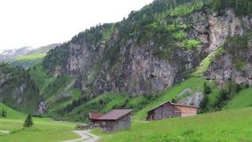 沿Schoenachtal谷的供徒步旅行的小道在提洛尔奥地利 一部分的高tauern山 股票录像