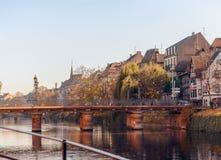 沿Strasburg,法国的Rur河历史的中心的美丽如画的房子 免版税图库摄影