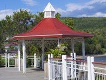 沿Tadoussac岸的红色眺望台 免版税库存照片