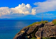 沿Tahoe湖,加利福尼亚岸的花岗岩峭壁  免版税库存图片
