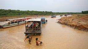 沿Tonle Sap湖的小船游览 库存图片