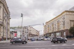 沿Tverskaya街移动的汽车和步行者 图库摄影