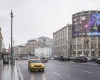 沿Tverskaya街移动的汽车和步行者 免版税库存图片