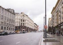 沿Tverskaya街移动的汽车和步行者 免版税库存照片