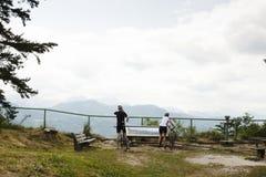 沿Villacher Alpenstrasse,奥地利的骑自行车的人 免版税库存照片