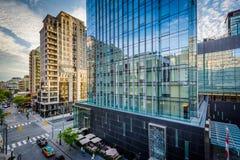 沿Yorkville大道的现代大厦在中间地区多伦多, Onta 库存照片