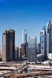 沿Zayed Road回教族长的迪拜摩天大楼 图库摄影
