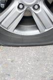 泄了气的轮胎汽车 图库摄影