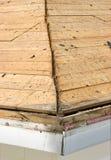 泄漏老屋顶木瓦的被清除的房子 库存照片