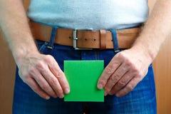 泌尿或前列腺问题概念 人在裤裆附近拿着贴纸笔记 免版税库存照片