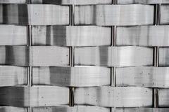 织法不锈的篱芭纹理 金属门背景 免版税图库摄影