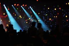 法人为雇员 音乐会在有照明设备的一个黑暗的大厅里 库存照片