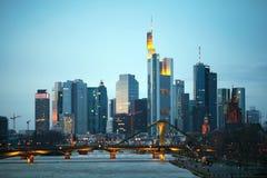 法兰克福上午摩天大楼开采在晚上时间 免版税图库摄影