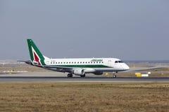 """法兰克福国际机场†""""Allitalia巴西航空工业公司170离开 免版税图库摄影"""