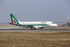 """法兰克福国际机场†""""Allitalia巴西航空工业公司170离开 图库摄影"""