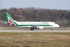 """法兰克福国际机场†""""Allitalia巴西航空工业公司170离开 库存照片"""