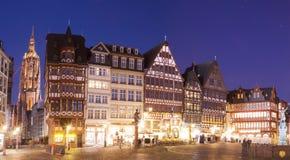 法兰克福市,罗默普拉茨的老中心在晚上 免版税图库摄影