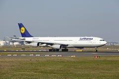 法兰克福机场-空中客车汉莎航空公司A340-300离开 库存图片