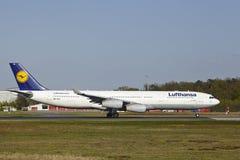 法兰克福机场-空中客车汉莎航空公司A340-300离开 免版税库存图片