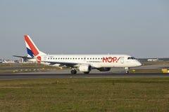 法兰克福机场-巴西航空工业公司蛇麻草190!离开 免版税库存图片