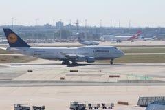飞机在法兰克福国际机场 免版税库存照片