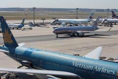 飞机在法兰克福国际机场 库存照片