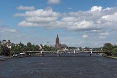 法兰克福美丽的景色有大教堂的在主要,黑森,德国的河边 免版税库存图片