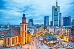 法兰克福,德国- 2017年11月:对法兰克福地平线的看法在日落蓝色小时 圣保罗` s教会和Hauptwache主要G 免版税库存图片