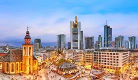 法兰克福,德国- 2017年11月:对法兰克福地平线的看法在日落蓝色小时 圣保罗` s教会和Hauptwache主要G 免版税库存照片