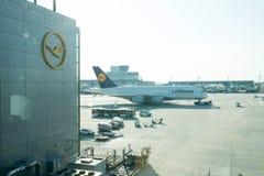 法兰克福,德国- 2015年10月11日:旅行航空 汉莎航空公司空中客车,喷气机班机、航空器或者大乘客计划 库存图片