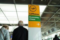 法兰克福,德国- 2015年10月11日:汉莎航空公司航空公司商标象、经济舱和方向尖签字 机场inf 免版税图库摄影
