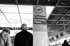 法兰克福,德国- 2015年10月11日:汉莎航空公司航空公司商标象、经济舱和方向尖签字 免版税库存照片