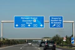 法兰克福,德国29 09 2017 - 德国导致机场杜塞尔多夫的高速公路高速公路蓝色路标 免版税库存图片