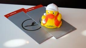 法兰克福,德国- 2014年9月:汉莎航空公司头等票和Quitscheentchen著名橡胶鸭子 库存图片
