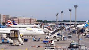 法兰克福,德国- 2014年9月28日:不同的飞机停放了在机场的围裙准备好对起飞 免版税库存照片