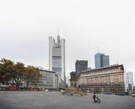 法兰克福,德国- 2012年10月25日:与商业区的法兰克福老镇都市风景在背景中 免版税库存照片