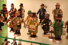 法兰克福,德国- 2013年4月18日:德国木玩具:描述行业的小雕象 免版税库存照片