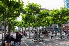 法兰克福,德国- 2016年6月15日:沿Zeil的人步行午间 免版税库存照片