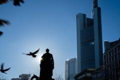 法兰克福,德国- 12月03 :与飞行鸽子的Citybank 2016年12月03日在法兰克福,德国 库存图片