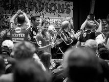 法兰克福,德国- 6月10 :乒乓球球员蒂莫・波尔和他的队庆祝6月的德国队冠军 库存图片