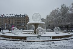 法兰克福,德国- 12月03 :在Alte操作老歌剧前面的喷泉2017年12月03日在法兰克福 图库摄影