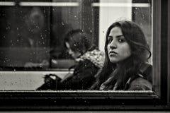 法兰克福,德国- 12月16 :地铁的未认出的女孩看照相机在2014年12月16日的一个雨天寸 免版税库存照片