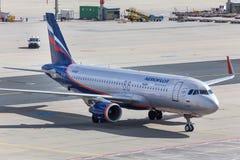 法兰克福,黑森/德国- 25 06 18 :俄国人在地面的苏航飞机在法兰克福国际机场德国 免版税库存照片